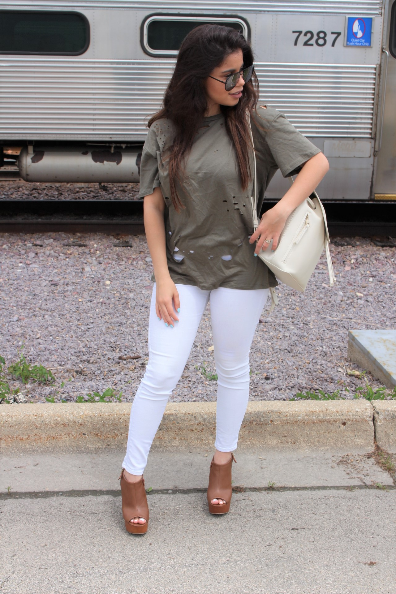 Tobi verde militar clothing summer shoes details quay australia high key olive shirt outfit white pants ALDO bags OOTD outfit of the night casual outfit OOTN by Alejandra Avila Tu fashion petite (2)