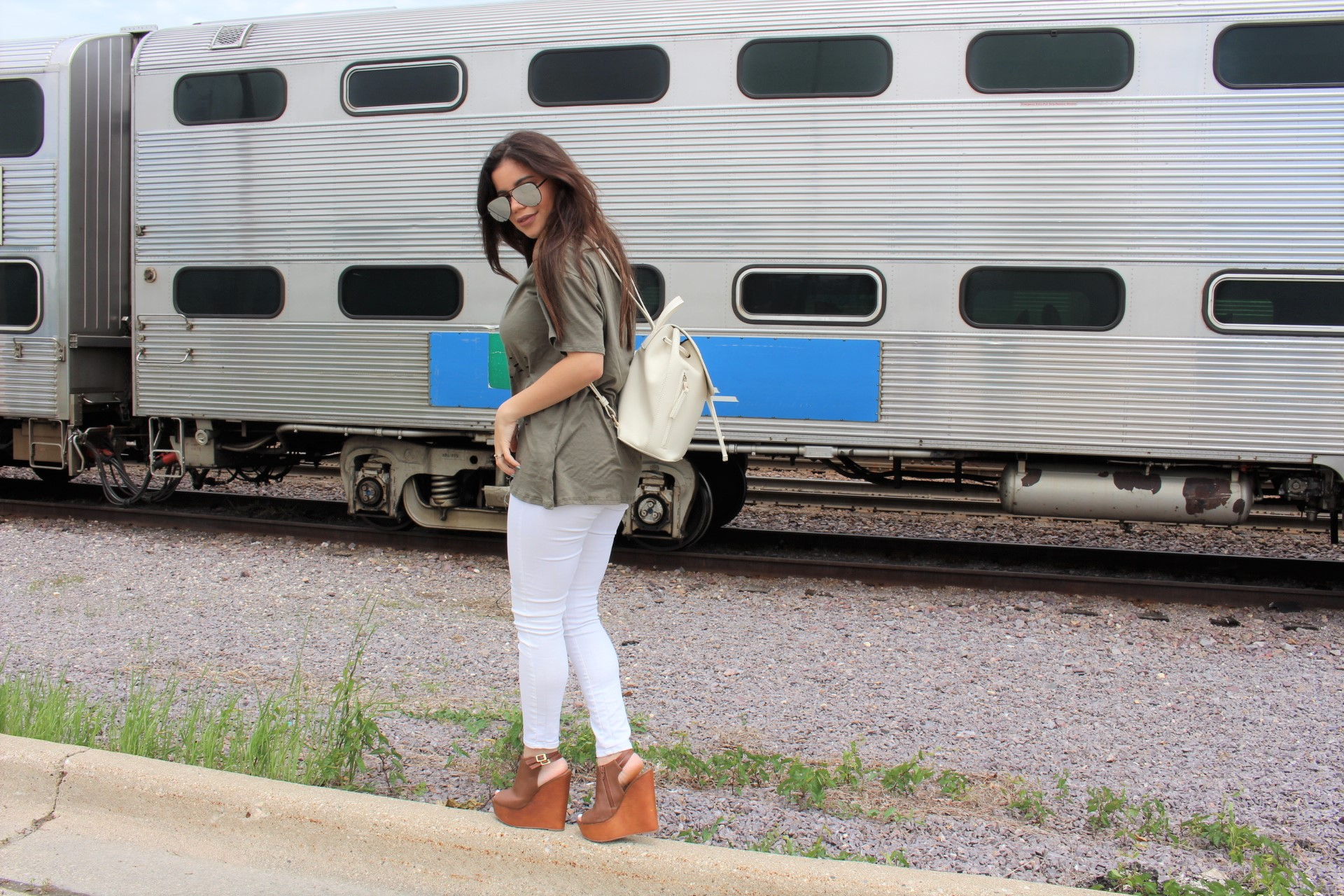 Tobi verde militar clothing summer shoes details quay australia high key olive shirt outfit white pants by Alejandra Avila Tu fashion petite (2)